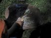 Darío pintando con tizas durante una excursión.
