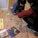 Darío y Gabriel haciendo puzles.