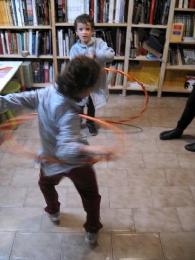Iván y Jimena haciendo juegos de psicomotricidad con julajop.