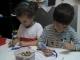 Jimena (4 años) y Darío (5 años) coloreando.