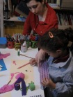 Jimena haciendo collage a los 6 años.
