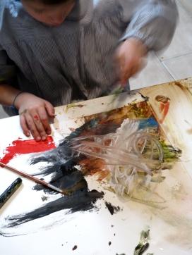 Iván trabajando texturas con un cepillo de dientes