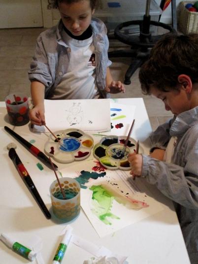 Jimena e Iván, dan color a sus ilustraciones con acuarelas líquidas.