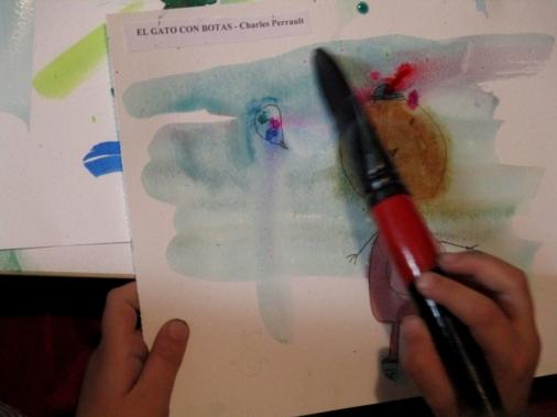 Jimena dando color a la portada del cuento.