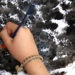 Diego (10 años) trabajando sobre un fondo realizado con tinta china y esponja con pintura opaca.