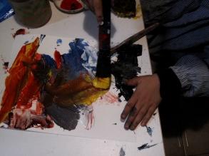 Iván pintando con témpera