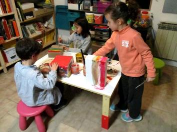 Nur, Iván y jimena pintando sus cajas.