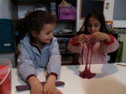 Jimena y Nur poniendo al límite la flexibilidad de la pasta