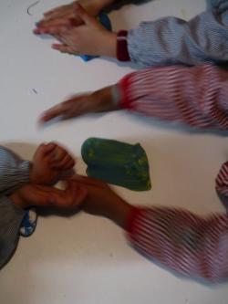 Iván quiere un azul con olas, como el mar. Nur quiere verde para hacer una serpiente y Jimena un verde azulado para hacer un caracol