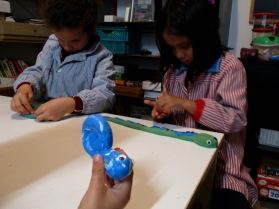 Mientras Iván contempla su creación, Jimena y Nur decoran las suyas