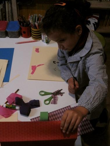 Jimena terminando su dibujo con collage
