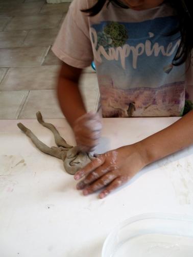 Nur haciendo una momia de arcilla. 6 años.