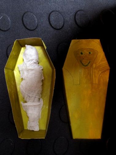 El sarcófago y la momia de Nacho (siete años).